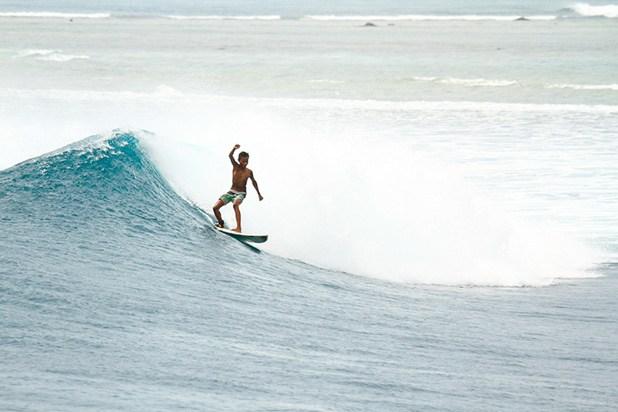 Surfista com pranchinha na Indonésia