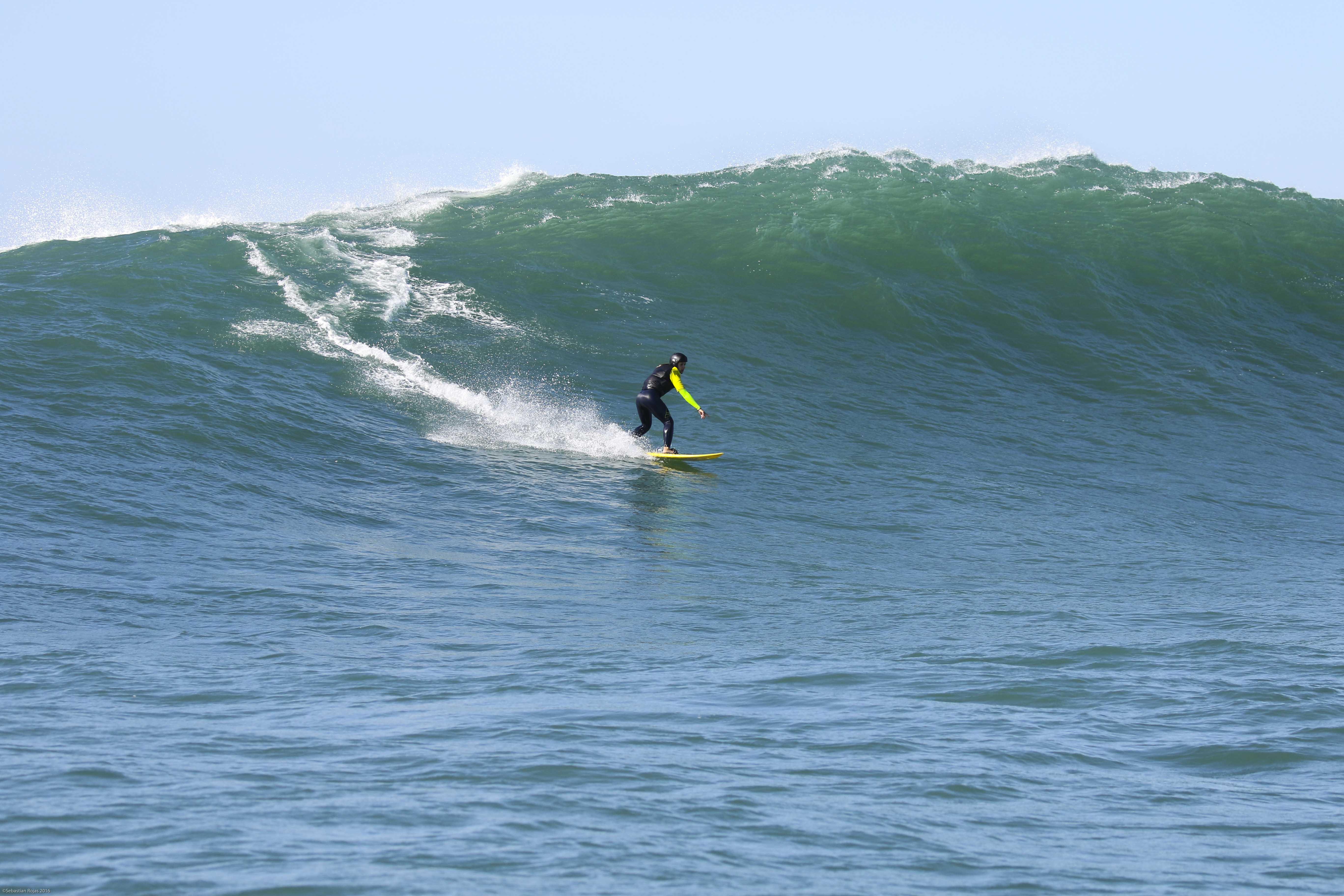 Louise Meneghetti surfa ondas gigantes na Laje da Jagua (SC). Fotos: Sebastian Rojas.