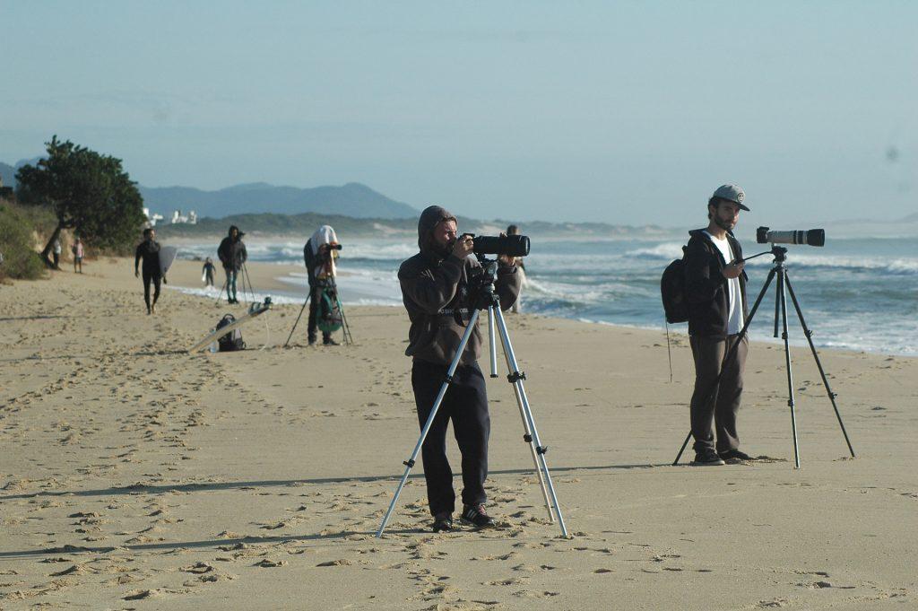 Fotógrafos de surf posicionados em Riozinho (SC). Foto de Guilherme Lopes.