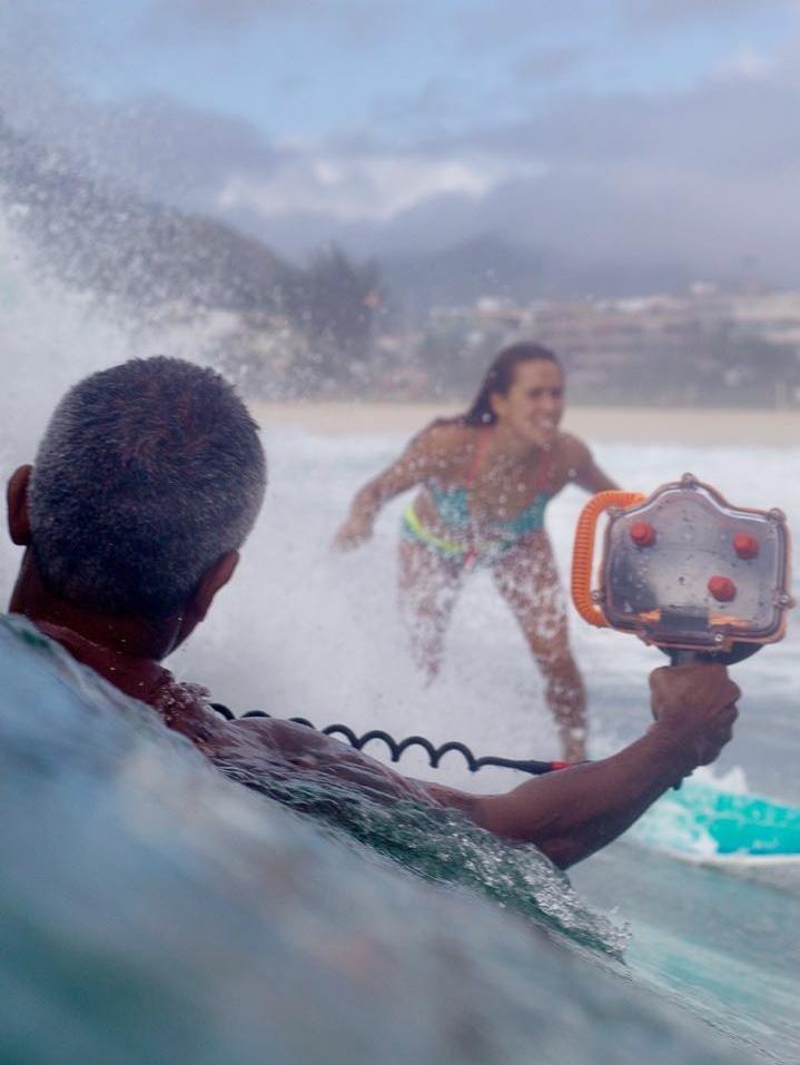 Fotógrafo Luciano Mendonça em ação com sua caixa-estanque Pedra do Mar!