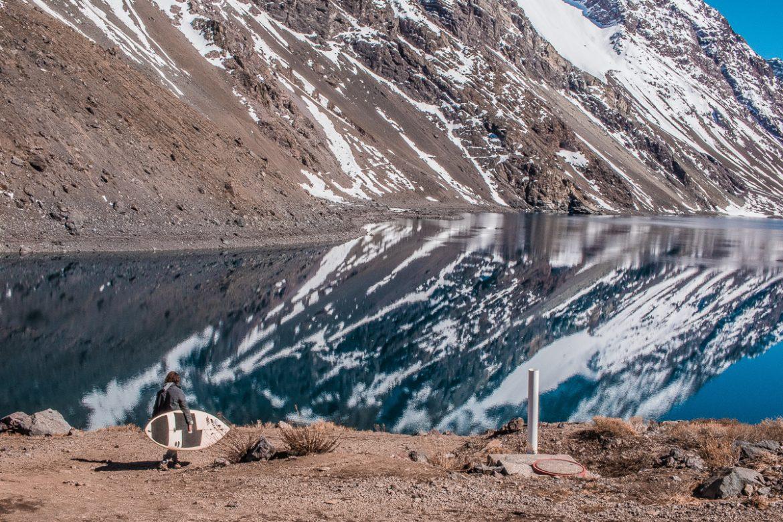 João Portillo e sua prancha de SUP na Cordilheira dos Andes