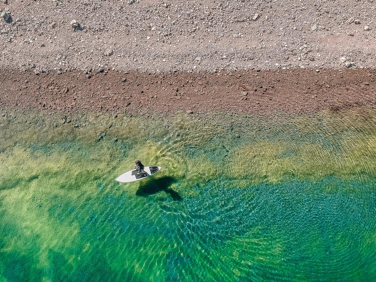 Daniel Portillo rasgando as águas cristalinas da Cordilheira dos Andes