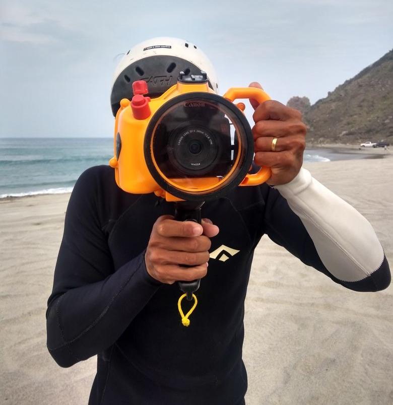 O fotógrafo Daniel Cruz com sua caixa estanque Pedra do Mar