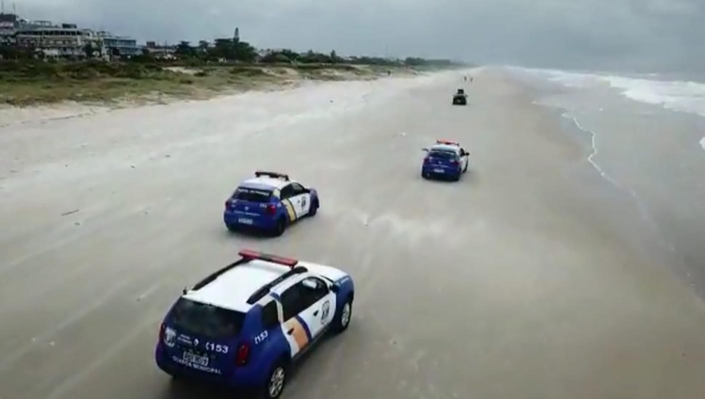 Surfar - polícia monitorando as praias